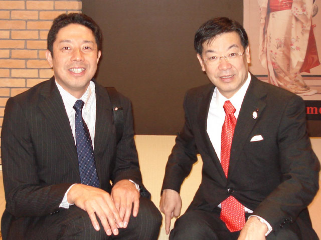 Hiroshi Motoyama, the fourth generation (left), along with Mr Keiji Yamada, Governor of Kyoto Prefecture. Photo taken in Shanghai.