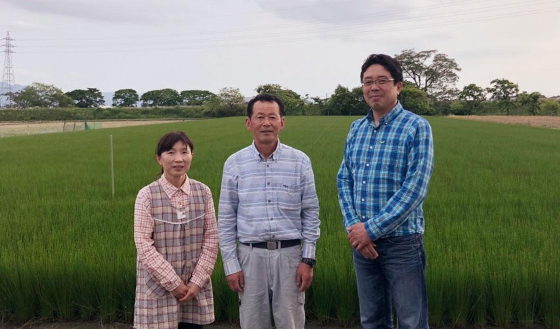 橋口英明さん(中央)奥様の恵美子さん(左)と当店店主