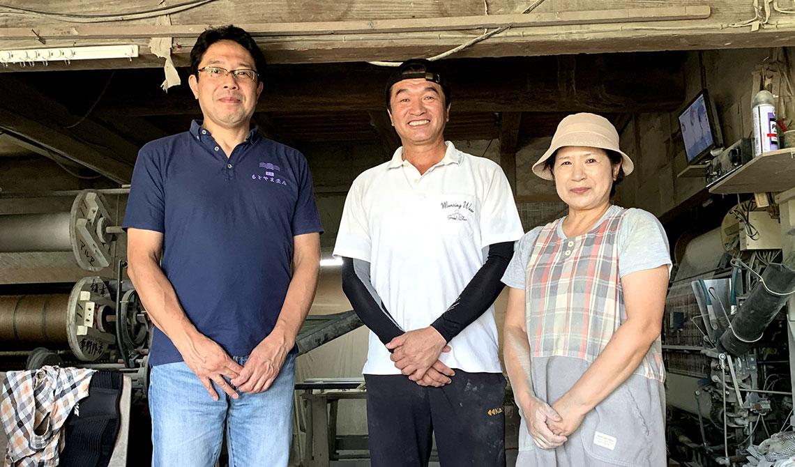 草野邦彦さん(中央)奥様(右)、当店店主とともに